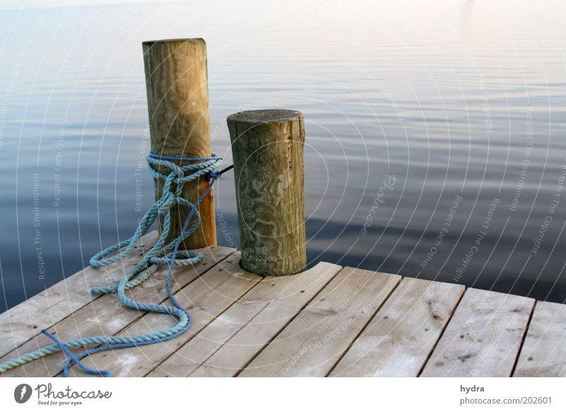 Mach mal blau Hafen Festmacher Poller Seil Steg Meer Freiheit Sommer Natur Wasser Küste Insel Schifffahrt Holz ruhig Dämmerung Sicherheit Frieden harmonisch