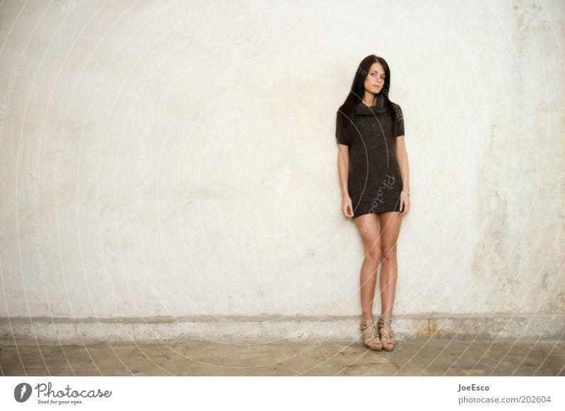 #202604 Frau Mensch schön Erwachsene feminin Leben Wand Mauer Beine Mode warten stehen Lifestyle Coolness einzigartig Kleid