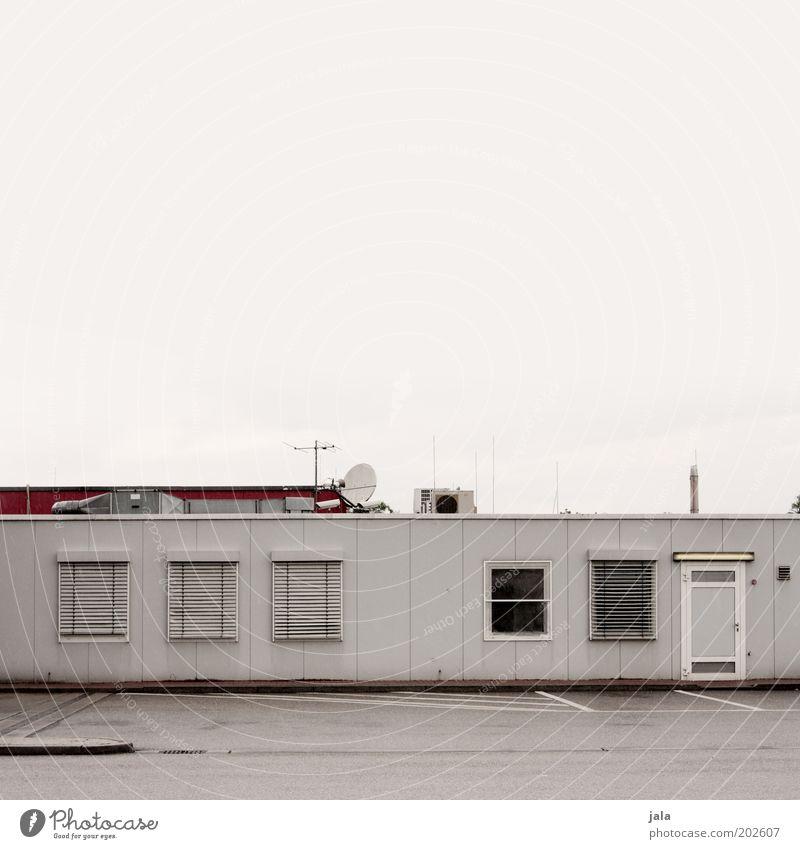 bungalow Himmel rot Haus Arbeit & Erwerbstätigkeit Fenster grau Gebäude Tür geschlossen Industrie trist Dach Bauwerk Unternehmen Parkplatz Antenne