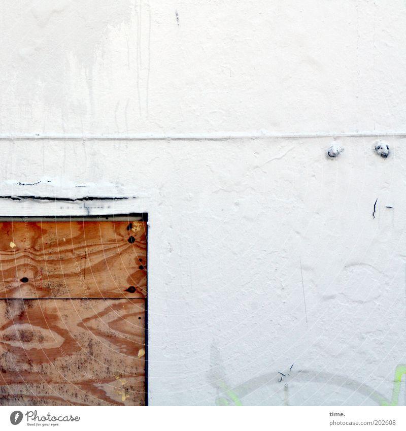 verkeilt und vernagelt Fenster Holz Linie dreckig kaputt weiß Farbe geschlossen Holzplatte Putz Haken Durchgang Eingang Riss baufällig Sanieren Maserung