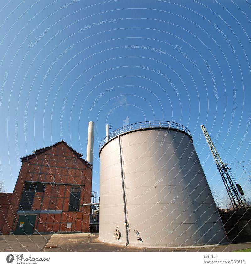 Ankuscheln blau Wand Mauer braun Energie Perspektive Energiewirtschaft rund Fabrik dick Stahl Bauwerk silber Schönes Wetter Strommast