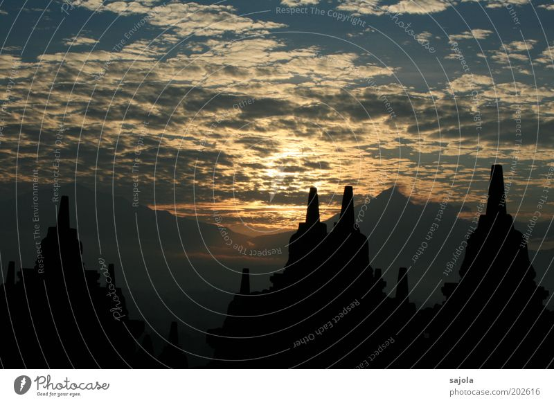 borobudur II Sonne blau Ferien & Urlaub & Reisen schwarz Wolken Berge u. Gebirge Gebäude Religion & Glaube Architektur ästhetisch Tourismus Asien leuchten Bauwerk Sehenswürdigkeit