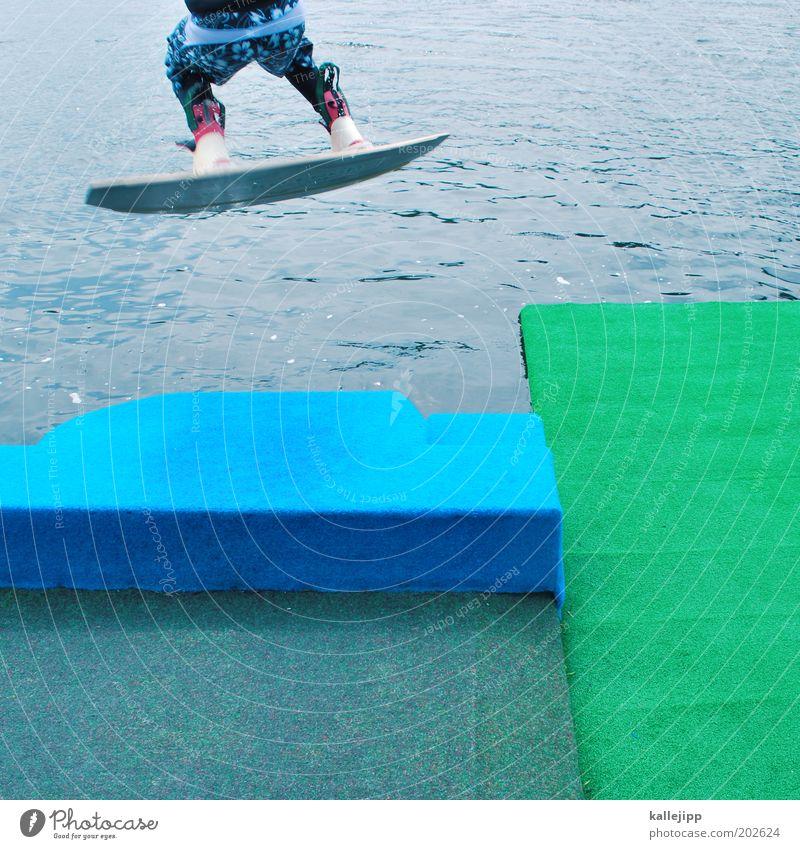 ab gehts! Mensch Mann Wasser Freude Sport Leben springen Stil See Beine Küste Erwachsene maskulin Lifestyle Gesäß