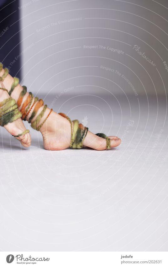 Ringelstrümpfe feminin Jugendliche Fuß 1 Mensch 18-30 Jahre Erwachsene mehrfarbig grün Wolle wollfaden gestreift Boden Wand Fußspitze laufen berühren Vorsicht