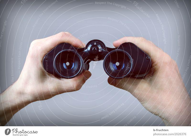 Weitblick Mann Erwachsene Hand Finger 30-45 Jahre beobachten entdecken festhalten Jagd Blick grau schwarz Neugier Ferne Fernglas finden Suche Objektiv