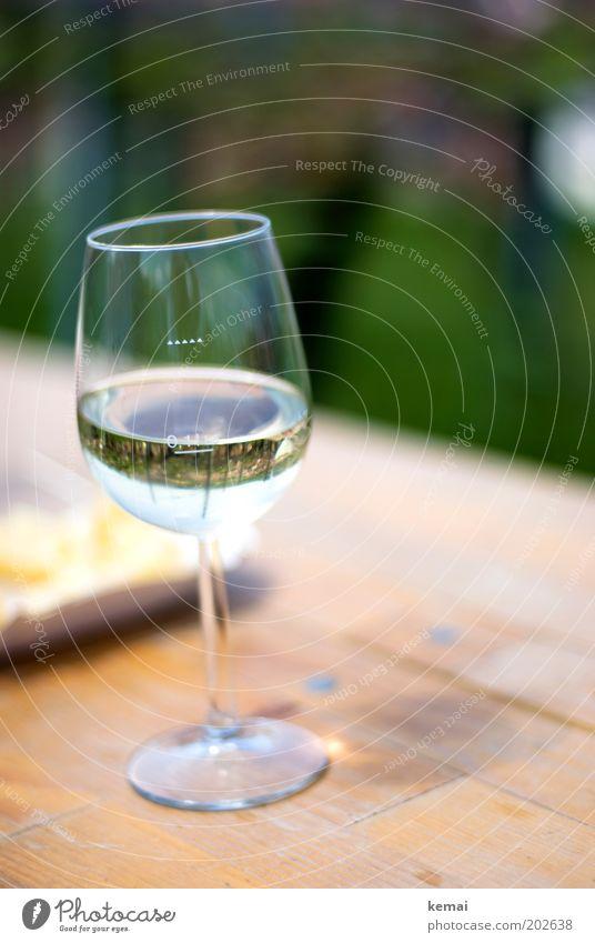 Guter Riesling (Weinberg im Glas) Lebensmittel Getränk Alkohol Weißwein Weinglas Weissweinglas Tisch Duft genießen frisch gut kalt lecker Lebensfreude