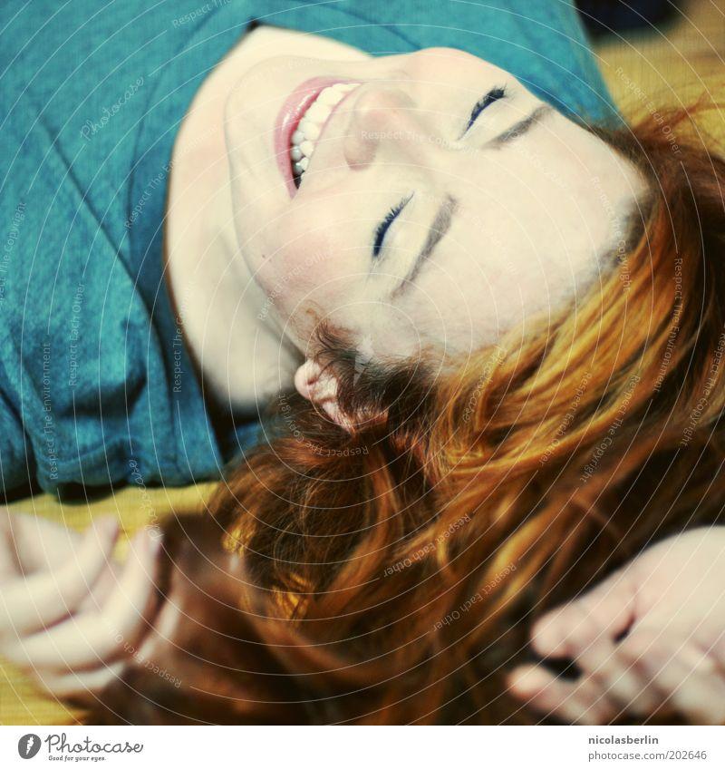 Happiness Frau Jugendliche Gesicht Leben feminin Gefühle Haare & Frisuren Glück lachen träumen Zufriedenheit liegen Romantik Zähne Lippen rein