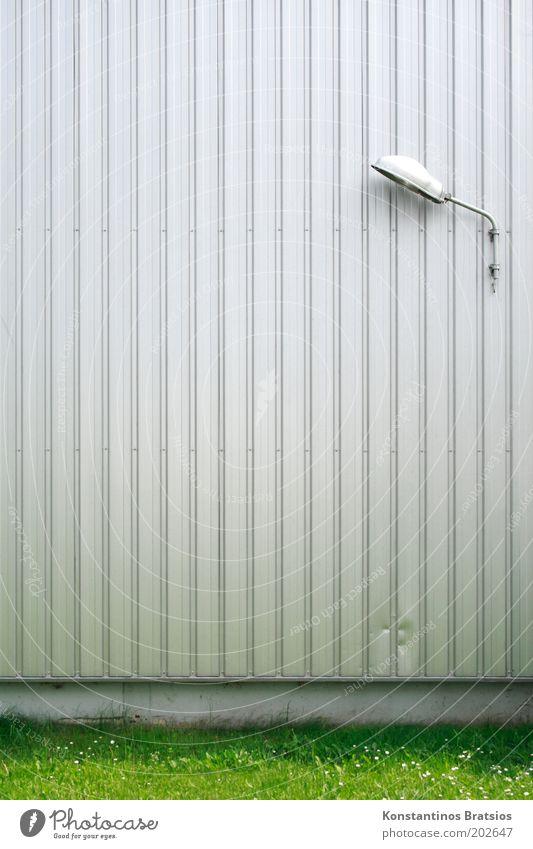 Rasenbeleuchtung Gras Stadtrand Gebäude Halle Fassade Fassadenverkleidung Metall Beleuchtungselement einfach grün silber silber-grau Linie Farbfoto