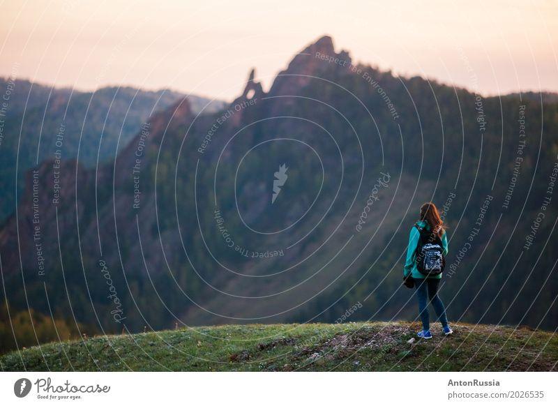 Frau Mensch Natur Jugendliche Junge Frau Sommer schön Landschaft Berge u. Gebirge 18-30 Jahre Erwachsene Umwelt Gefühle feminin Stimmung Felsen