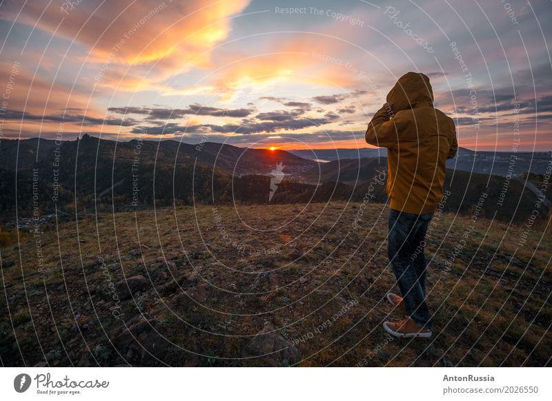 Mann bunt Sonnenuntergang Wolken Berge Hügel Hügel Mensch maskulin Junger Mann Jugendliche Erwachsene 1 18-30 Jahre Natur Landschaft Sonnenaufgang Herbst