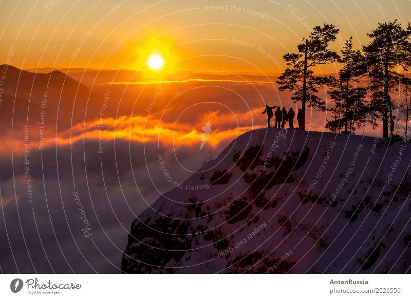 Sonnenuntergang Silhouette Gruppe von Menschen auf der Spitze des Hügels Nebel Menschengruppe orange