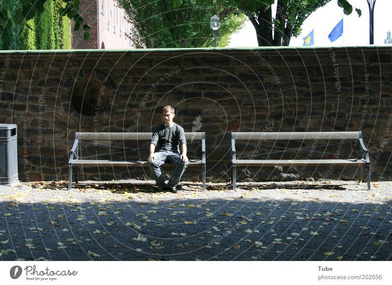hands on knees Sommer maskulin 1 Mensch 18-30 Jahre Jugendliche Erwachsene Natur Park Stadt alt Erholung sitzen Einsamkeit Partnersuche Müllbehälter gebrochen