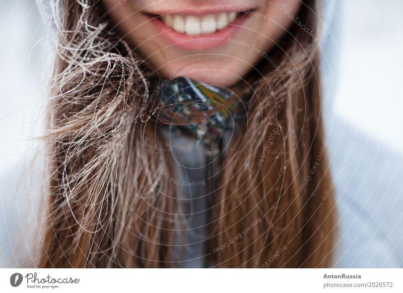 Mädchen Lächeln Zähne Winterfrost Mensch feminin Junge Frau Jugendliche Erwachsene Haare & Frisuren Lippen 1 18-30 Jahre brünett Gefühle Freude Fröhlichkeit