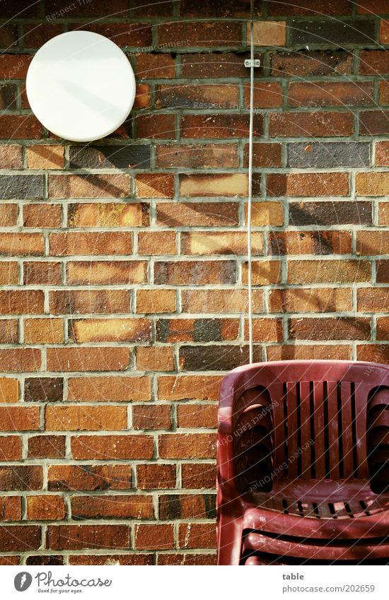 abwarten . . . weiß rot Lampe Wand Garten Stein Mauer braun Fassade Lifestyle Hoffnung Ordnung ästhetisch stehen Stuhl Häusliches Leben