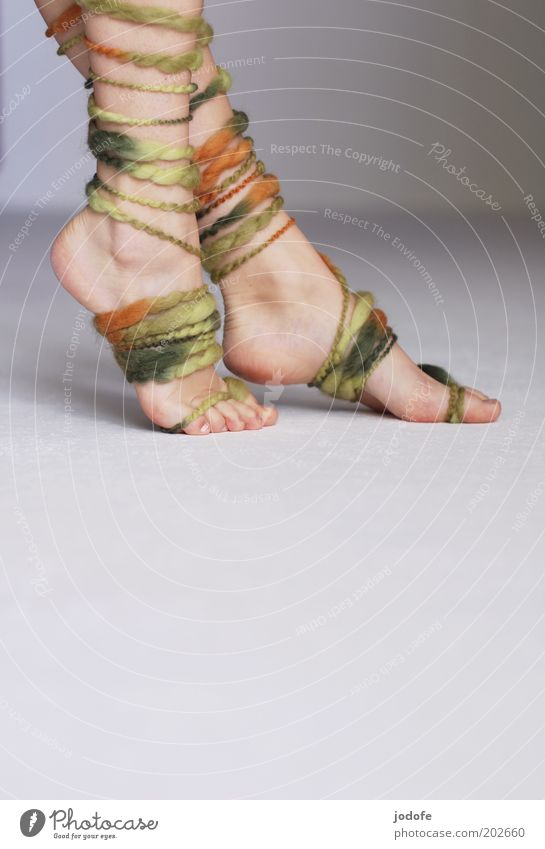 Ringelstrümpfe II Mensch Jugendliche grün Erotik feminin Fuß Haut Erwachsene gehen elegant laufen berühren Schweben Leichtigkeit Barfuß