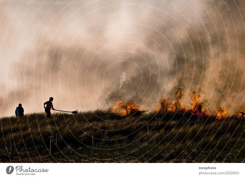 Deichbrand #4 Wasser dunkel Luft Kraft Brand Feuer gefährlich bedrohlich gruselig Rauch Stress Stranddüne kämpfen Feuerwehrmann Desaster