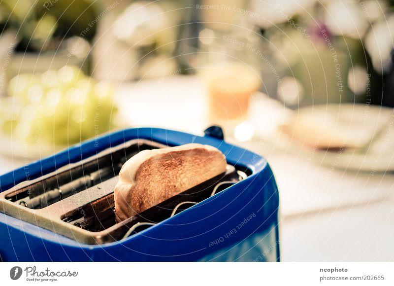 keep it simple Toastbrot Saft Teller Lifestyle Design schön Leben harmonisch Wohlgefühl Zufriedenheit Wohnung Tisch Wohnzimmer Toaster Optimismus ästhetisch