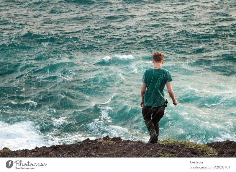 Eins mit dem Meer Wellen maskulin Junger Mann Jugendliche 1 Mensch 18-30 Jahre Erwachsene Wasser Felsen Seeufer T-Shirt blond kurzhaarig gehen laufen