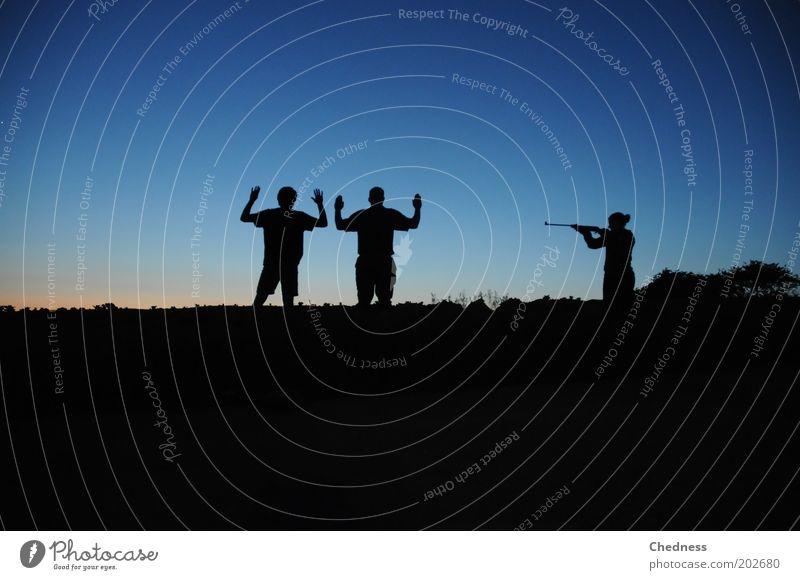 Im Fadenkreuz der Jägerin Mensch Himmel Natur blau Landschaft Horizont Kraft Feld maskulin Abenteuer Coolness Macht bedrohlich Schutz Gelassenheit