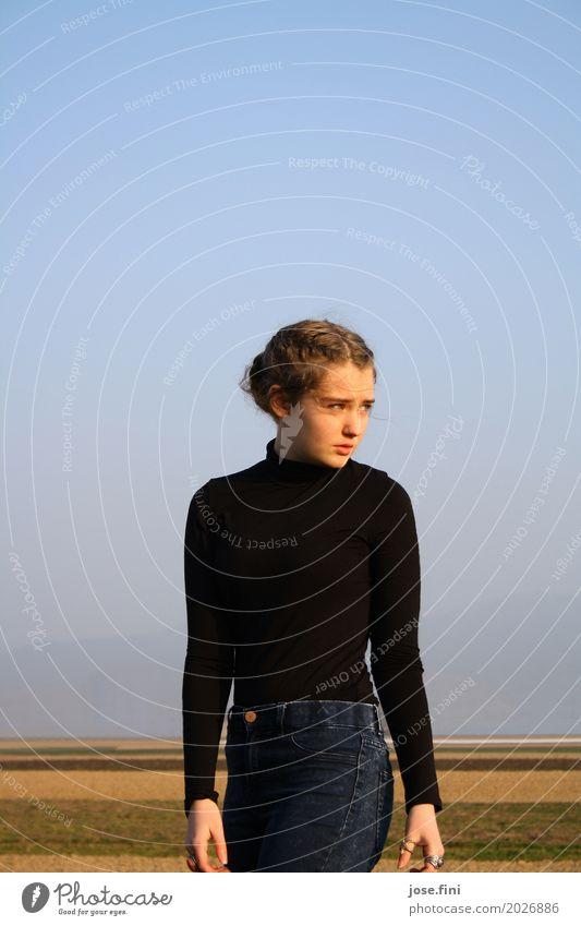 weiter Blick II Himmel Natur Ferien & Urlaub & Reisen Jugendliche blau Junge Frau Landschaft Ferne schwarz Umwelt Wiese natürlich Bewegung feminin