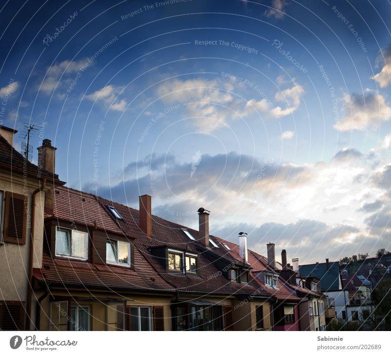 Balkonaussicht Himmel Stadt blau rot Wolken Haus Fenster Frühling braun Stimmung Zufriedenheit Schönes Wetter Dach Fensterscheibe Schornstein Einfamilienhaus