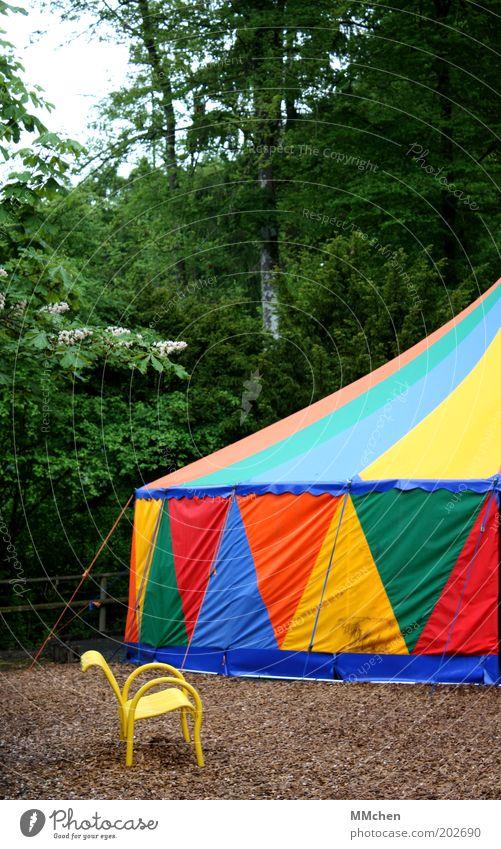 nur dabei statt mittendrin Freizeit & Hobby Puppentheater Zirkus Show Sommer Wald Zirkuszelt mehrfarbig Bank Farbfoto Außenaufnahme Menschenleer Tag Zelt gelb