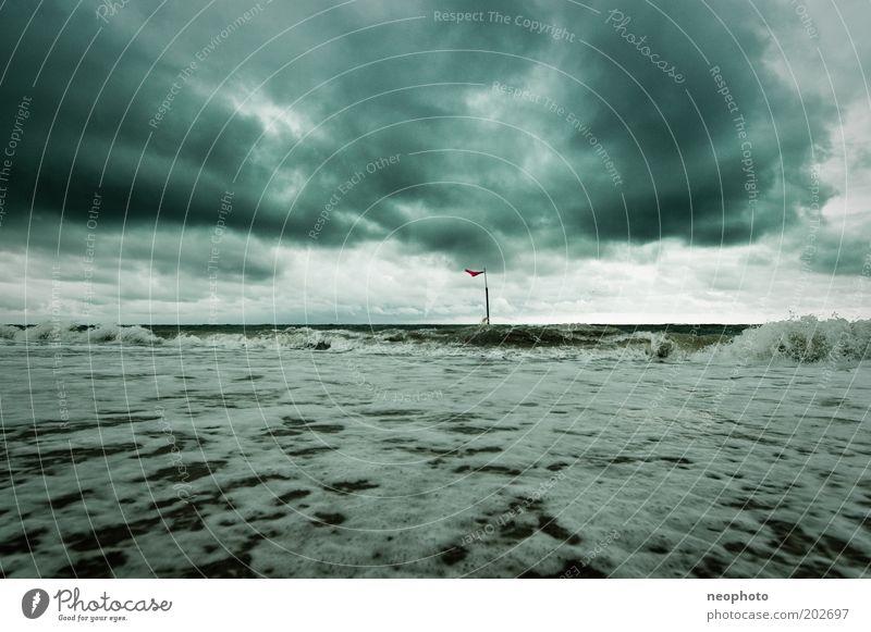 umzingelt Urelemente Sand Luft Horizont schlechtes Wetter Unwetter Wind Wellen Küste Strand Nordsee frieren kalt stark grau grün Einsamkeit Wut Fahne