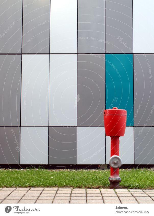 Waterboy rot Haus Wiese Wand Mauer Wege & Pfade Fassade Fußweg Gerät Zentralperspektive Hydrant Warnfarbe Komplementärfarbe