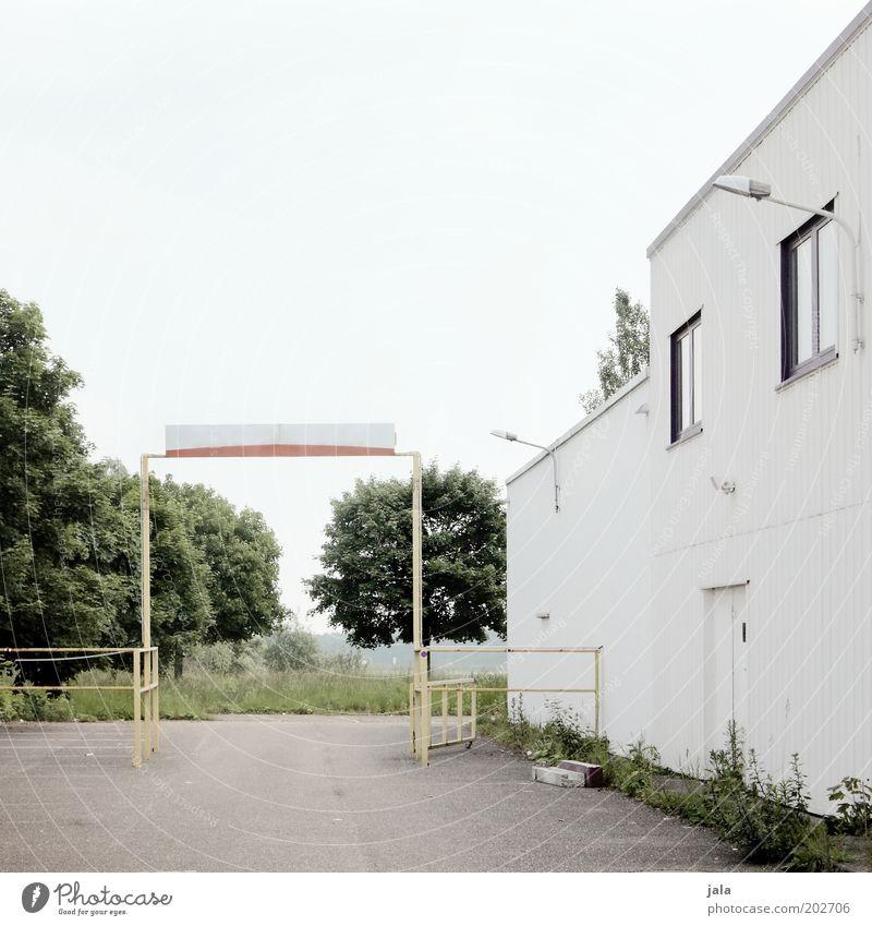 durchfahrt Himmel Baum Haus Gebäude Architektur Industrie Platz trist Fabrik Tor Bauwerk Unternehmen Industrieanlage Arbeitsplatz Torbogen Durchgang