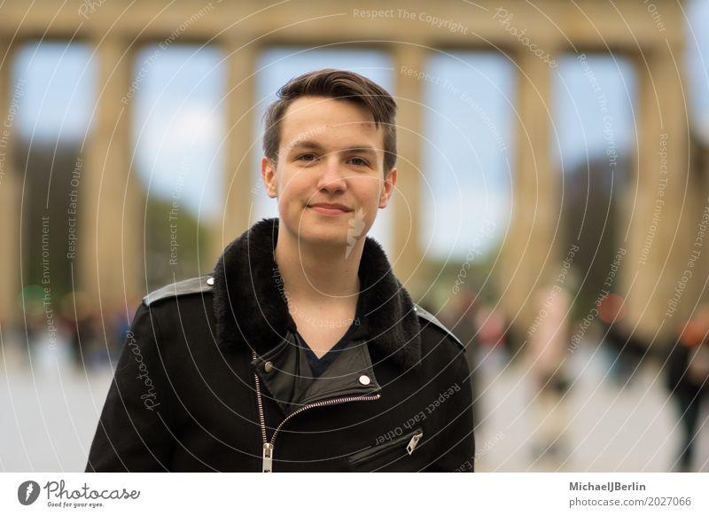 Teenager Porträt vor Brandenburger Tor Mensch Ferien & Urlaub & Reisen Jugendliche Junger Mann Berlin Deutschland maskulin 13-18 Jahre Lächeln Freundlichkeit
