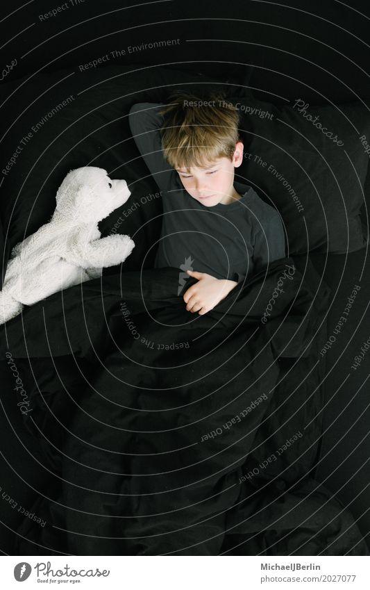 Junge im Schulalter mit Plüsch Eisbär im Bett Schlafzimmer Mensch maskulin Kind Kindheit 1 3-8 Jahre blond Stofftiere liegen schwarz Sicherheit Geborgenheit