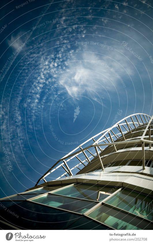 Rückkehr zur Erde Tourismus Ausflug Sightseeing Städtereise Luft Himmel Wolken Schönes Wetter Wind Bremerhaven Hafenstadt Menschenleer Haus Hochhaus Gebäude