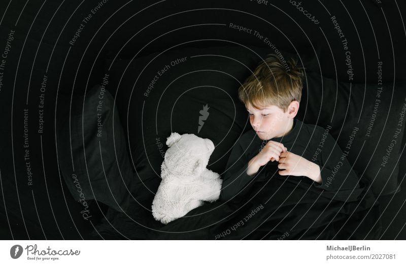 Junge im Schulalter mit Eisbär im Bett Wohlgefühl Zufriedenheit Erholung ruhig Schlafzimmer Mensch maskulin Kind Kindheit 1 3-8 Jahre blond Stofftiere liegen