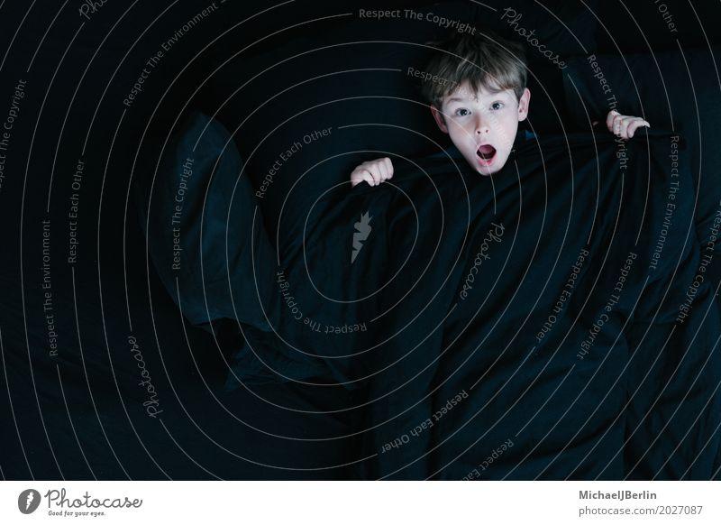 Junge mit schockiertem Blick unter schwarzer Bettdecke Mensch maskulin Kind Kopf 1 3-8 Jahre Kindheit Gefühle Sorge Angst Entsetzen Unglaube Decke verkriechen