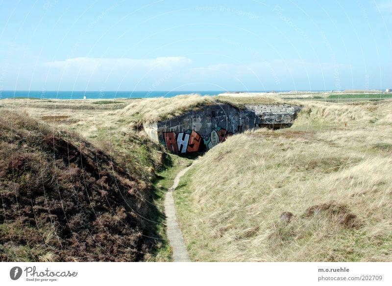 Bunker Himmel Ferien & Urlaub & Reisen Strand Landschaft Graffiti Sand Küste Luft Horizont Beton Ausflug Hügel Schönes Wetter historisch Düne Sightseeing