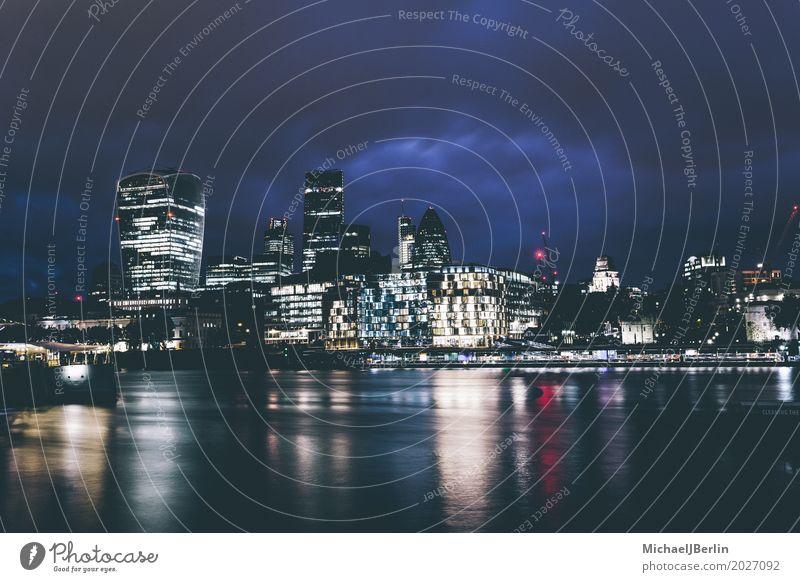 London Nachtansicht Flussufer Themse Großbritannien England Hauptstadt Stadtzentrum Menschenleer Hochhaus Bankgebäude Architektur groß ästhetisch Reichtum