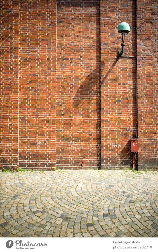 Horizont-Verderber alt Stadt rot Straße Wand grau Stein Mauer Wege & Pfade Gebäude Fassade Sauberkeit Backstein Laterne Bauwerk historisch