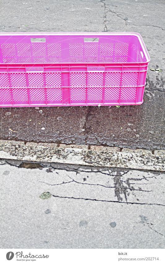 400 IN DER BOX Verpackung Kasten Beton trashig grau rosa Kiste Behälter u. Gefäße Straße Straßenbelag Bürgersteig Asphalt ausdruckslos Ordnung Ordnungsliebe