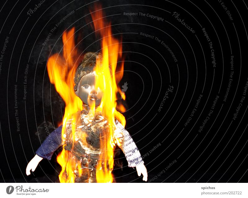 Mit Feuer spielt man nicht... gelb Spielen Brand Spielzeug Wut Rauch Kindheit brennen Puppe Unfall Zerstörung