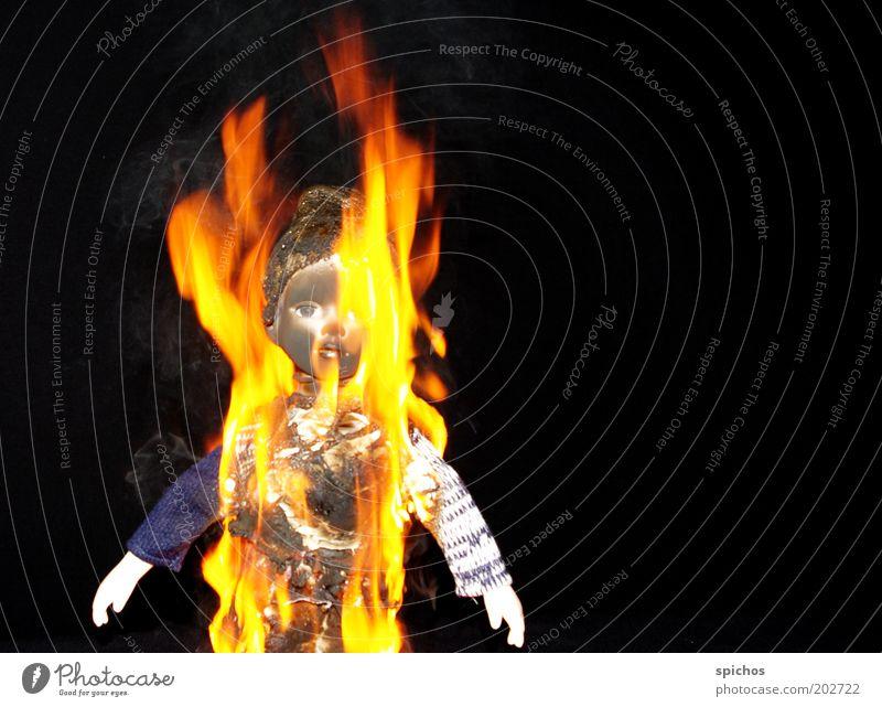 Mit Feuer spielt man nicht... Spielen Spielzeug Puppe Rauch Zerstörung brennen Farbfoto Studioaufnahme Experiment Kunstlicht Brand Unfall Kindheit gelb Wut