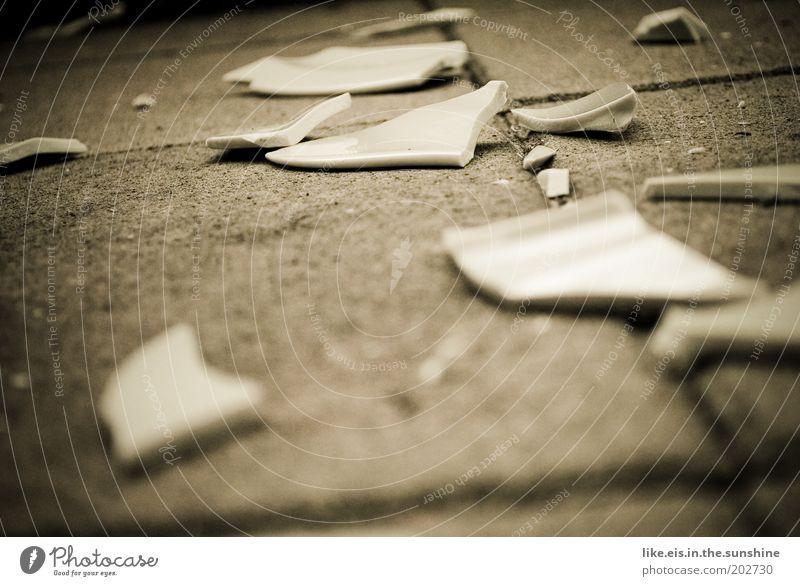 Scherbenmeer weiß grau Traurigkeit Stein braun kaputt Boden Wut Teller Trennung Zerstörung Liebeskummer Aggression Vase Hass