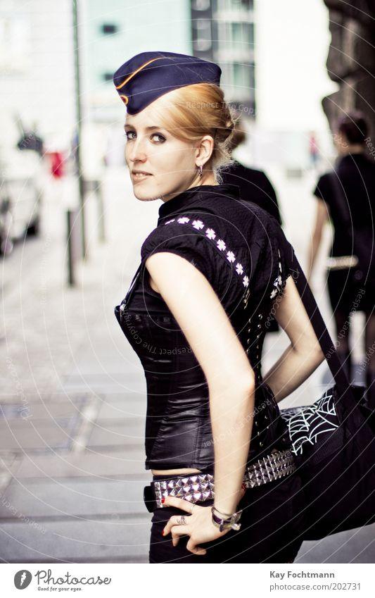 military girl feminin Junge Frau Jugendliche 18-30 Jahre Erwachsene Mode Gürtel Tasche Hut Ohrringe blond ästhetisch Coolness trendy schön selbstbewußt Nieten