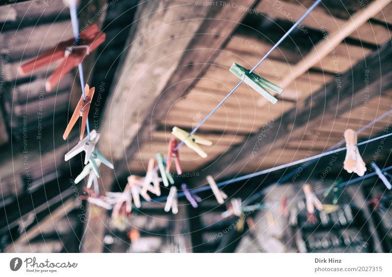 Wäschetrockner Dach braun Wäscheleine Wäscheklammern Dachboden trocknen Haushalt trocken Waschtag Dachgeschoss oben Seil Reinigen Gedeckte Farben Innenaufnahme