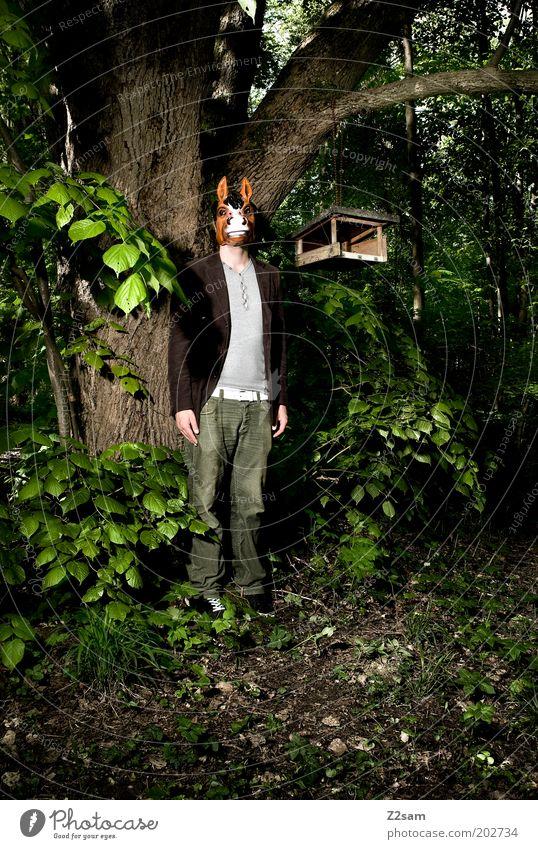 bayerischer ureinwohner Mensch maskulin 1 Natur Baum Sträucher Wald Maske stehen dunkel gruselig rebellisch trashig verrückt Kraft verstört bizarr skurril