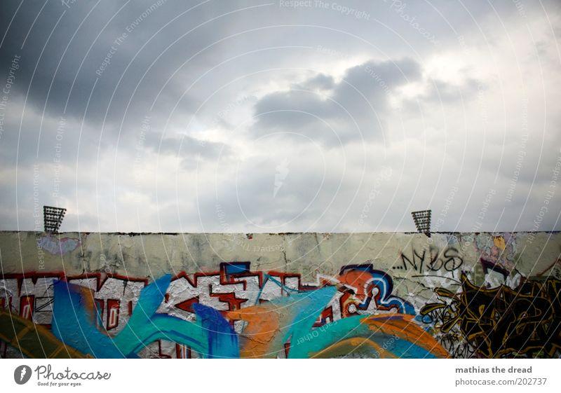 OHREN Himmel Stadt Wolken dunkel kalt Wand Mauer Gebäude Graffiti dreckig trist Schriftzeichen bedrohlich Zeichen Scheinwerfer