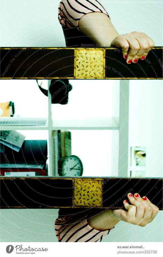 gedreht und gespiegelt. Linie Zeit Arme Finger Uhr Häusliches Leben Fotokamera Spiegel skurril verstecken Junge Frau Hand graphisch Mensch Messinstrument Nagellack