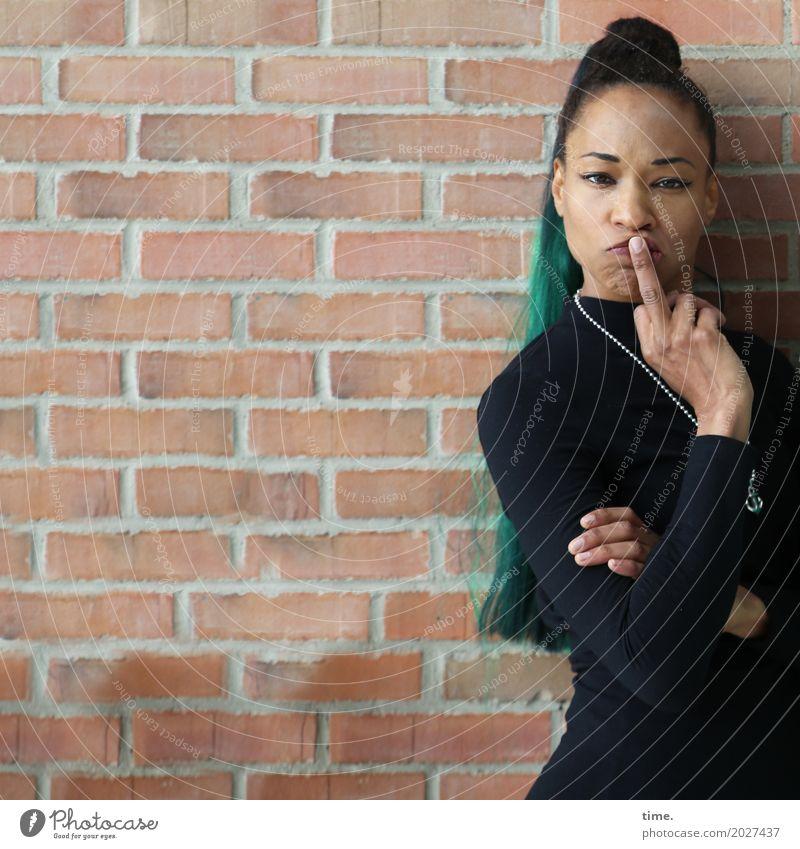Lilian feminin Frau Erwachsene 1 Mensch Mauer Wand Pullover Schmuck Halskette Haare & Frisuren schwarzhaarig langhaarig Zopf Afro-Look Punk beobachten