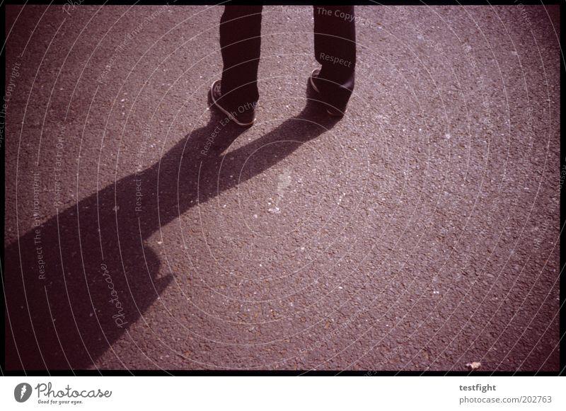 stehen maskulin Beine warten Asphalt Junger Mann Textfreiraum rechts unsicher Farbfoto Außenaufnahme Lomografie Licht Schatten Kontrast Textfreiraum unten
