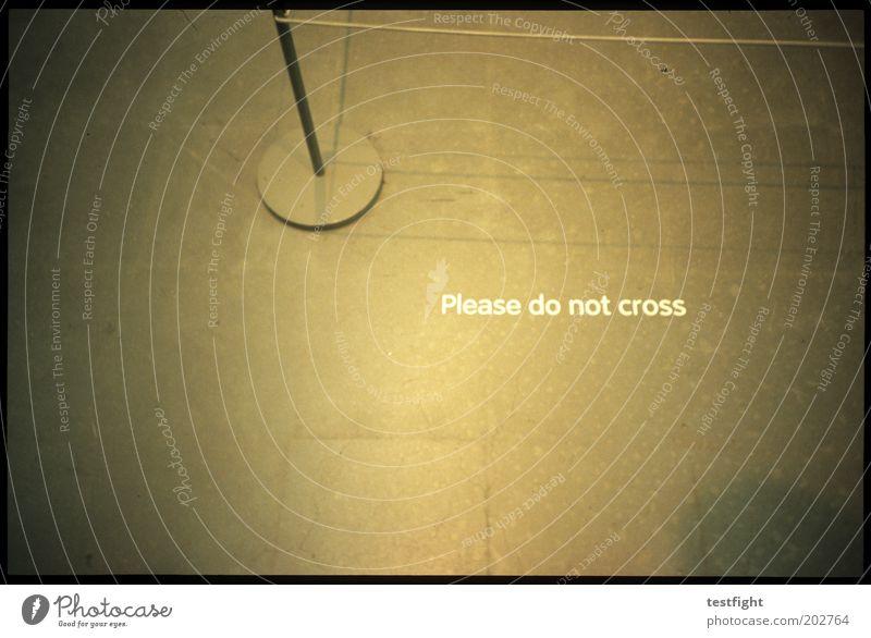 don´t do it Lomografie Schilder & Markierungen Sicherheit Schriftzeichen Bodenbelag Schutz Hinweisschild Barriere Museum Warnhinweis Ausstellung Kultur