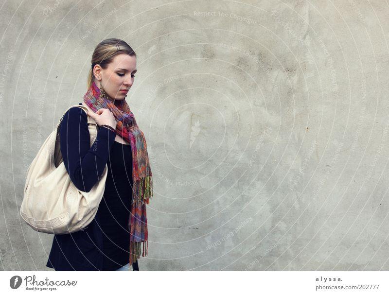 Tagtraum. Mensch Jugendliche weiß Einsamkeit feminin träumen Traurigkeit Denken Mode Erwachsene Beton Bekleidung Fassade Sehnsucht nachdenklich Tasche